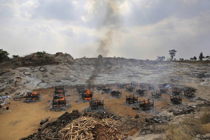 印度政府首席科學顧問表示,第3波疫情無可避免。圖為印度邦加羅爾一處露天火葬場。(美聯社)