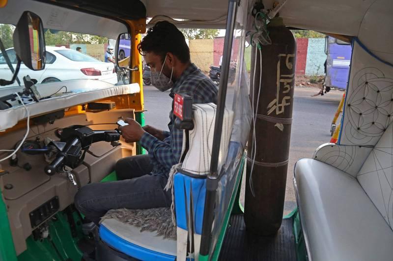 嘟嘟車駕駛穆罕默德看著印度人民為疫情所苦,毅然決定變賣妻子的珠寶首飾,將他的三輪車改裝成救護車,無償協助民眾送醫。(法新社)