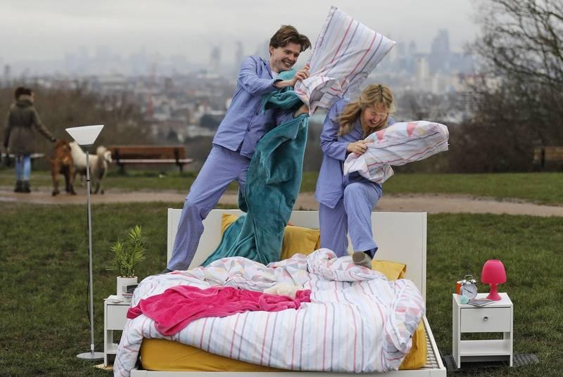 英國醫師解釋夫妻應當分床睡,如此一來才能享有較好的睡眠品質。示意圖。(美聯社)