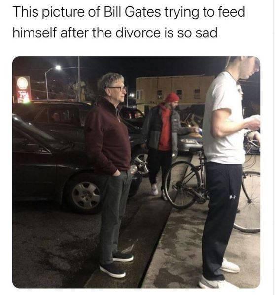 比爾蓋茲離婚後,近日網傳有人拍到這張比爾蓋茲一個人排隊買食物的照片,但其實這是2年前的舊照。(圖翻攝自IG)