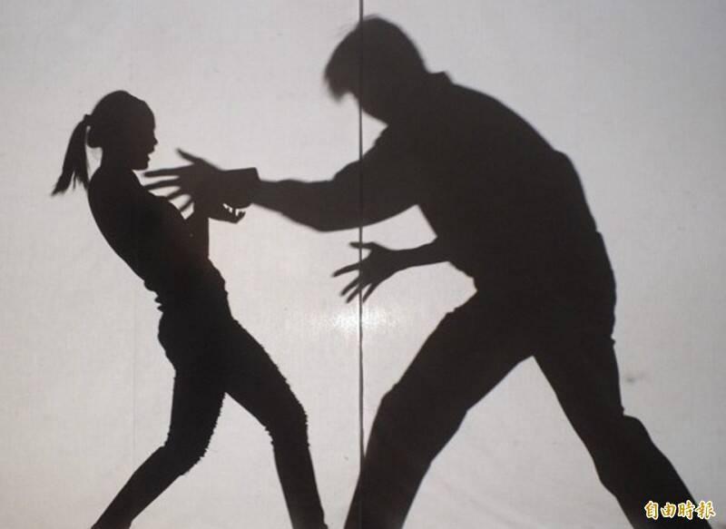 就讀國中的女兒搭公車返家時,被陌生男子摸了2次手臂,嚇得女兒跟男同學換位置,呼籲大家要小心。(資料照)
