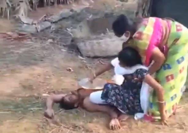 奈杜因感染肺炎奄奄一息,女兒上前嘗試餵水給他,母親擔心傳染而急著將她拉開。(圖片截取自Twitter)