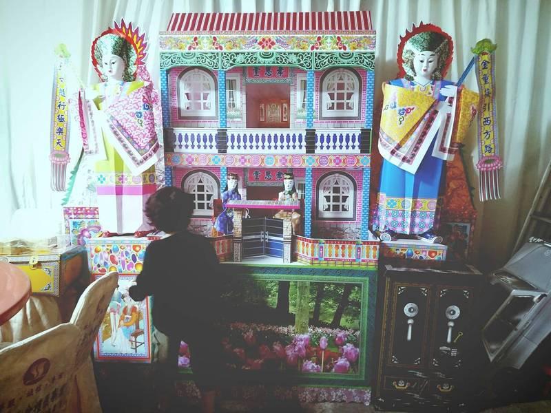 這棟「漂亮房子」其實是買給往生長輩的「靈厝」。(圖取自臉書社團「爆廢公社」)