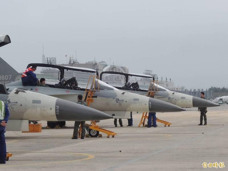 空軍一架IDF戰機今天在馬公基地衝出跑道,經基地人員搶救後目前已經完成拖離,飛行員平安。圖為馬公基地的IDF戰機。(資料照)