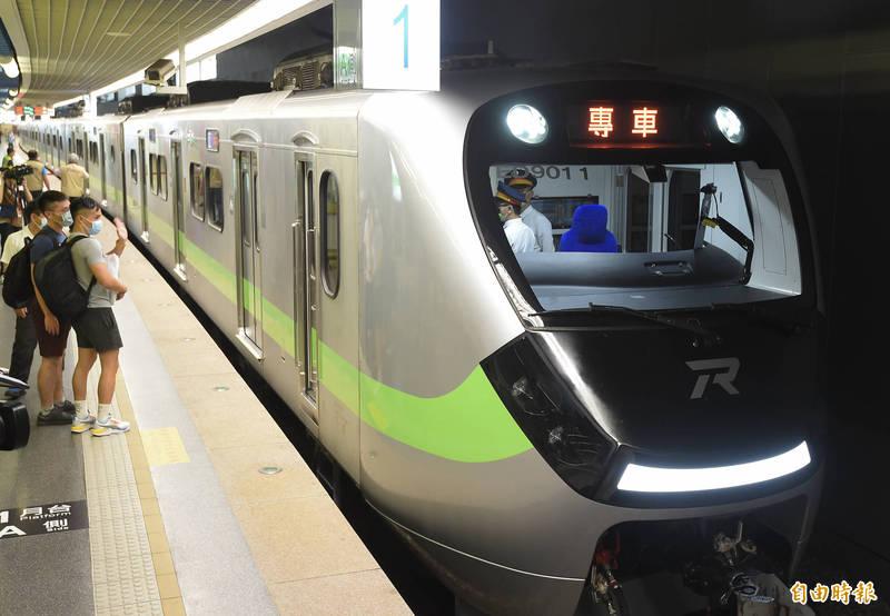 交通部昨日已將「國營台灣鐵路股份有限公司設置條例草案」報行政院。圖為台鐵新型區間車。(資料照,記者簡榮豐攝)