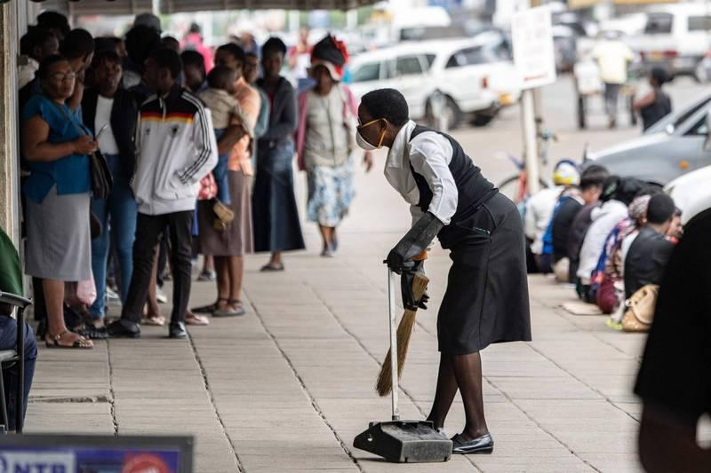 英國67歲婦人考辛斯,在當地一處匯豐銀行從事清潔員的工作,至今已35個年頭,示意圖。(法新社)