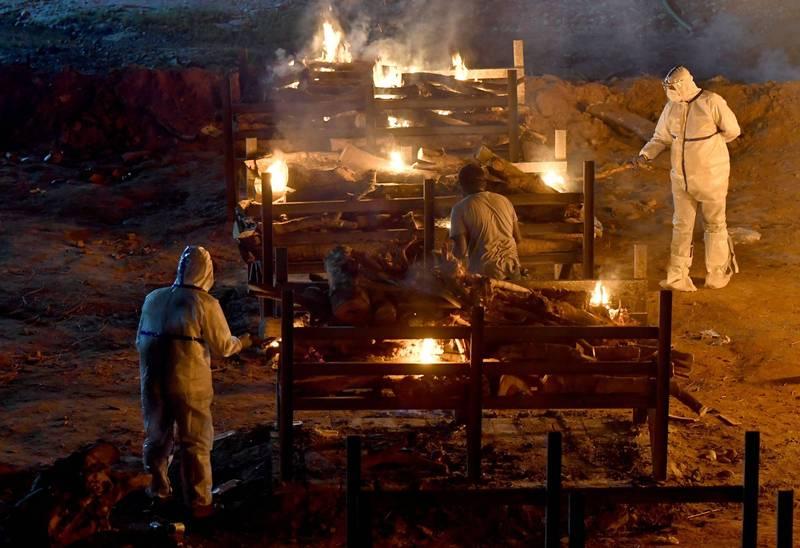 印度疫情失控,死亡人數激增,多地搭建臨時火葬場火化遺體。(路透)