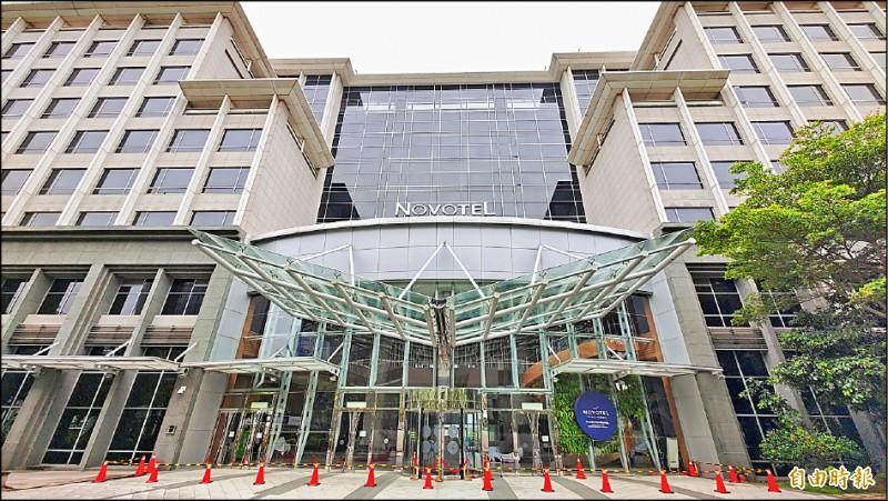 諾富特飯店群聚感染事件擴大,昨再傳一館不但未提出防疫旅館申請,還讓一般旅客混住爭議。(記者姚介修攝)