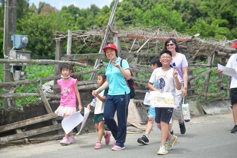 雙溪國小親子到社區參加定向越野。(記者林宜樟翻攝)