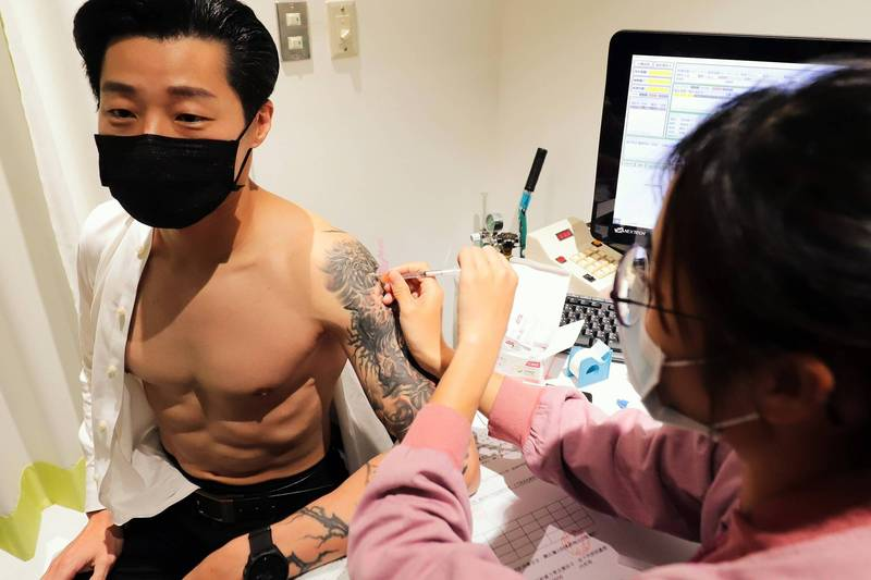 無黨籍立委林昶佐昨自費接種AZ疫苗,以行動打破謠言。(林昶佐國會辦公室提供)