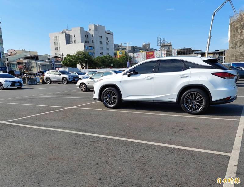 屏東縣第一季汽車新掛牌數比去年同期大增26%。(記者侯承旭攝)