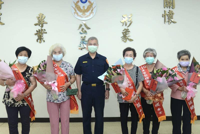 台南市警察局今天(6日)由局長方仰寧(左三)表揚今年7位警察模範母親當選人的5位出席得獎人。(記者楊金城翻攝)