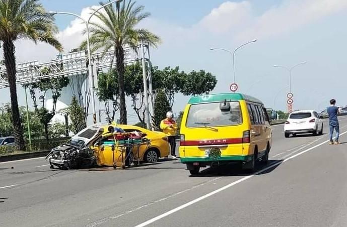 高屏大橋上橋前,小黃計程車疑似自撞中央分隔島。(圖取自臉書社群屏東人屏東事)