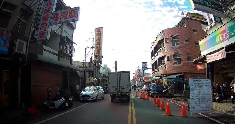 圖為去年民眾檢舉永康區正強街一處工程未落實道路作業安全防範。(南市工務局提供)