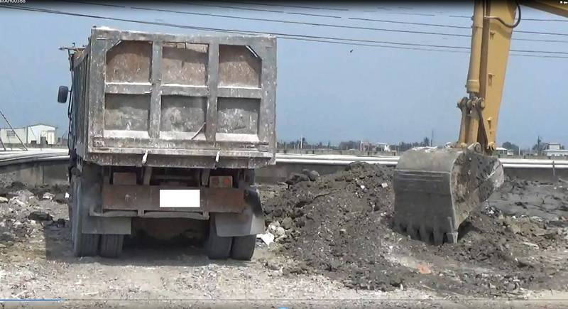 申請堆置大理石卻偷埋廢棄物,環保局及屏警現場查扣怪手和砂石車。(警方提供)