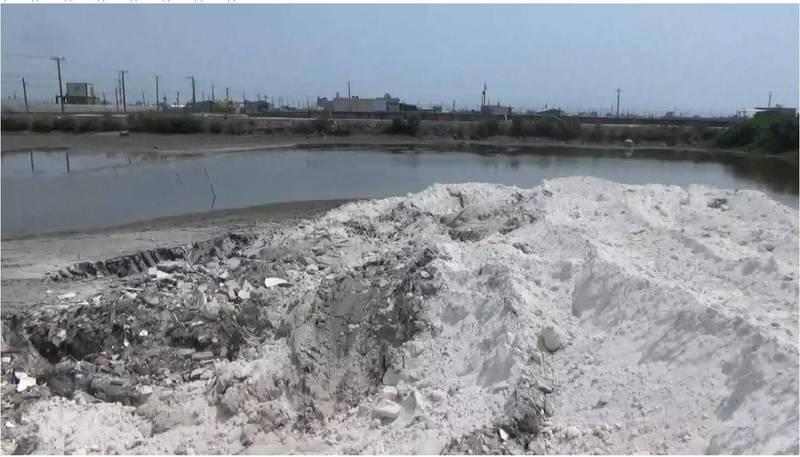 廢棄物被回填在坑洞內。(警方提供)