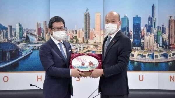 台灣三井不動產董事長兼總經理下町一朗(左),去年4月拜會當時高雄市長韓國瑜。(高市府提供,資料照)