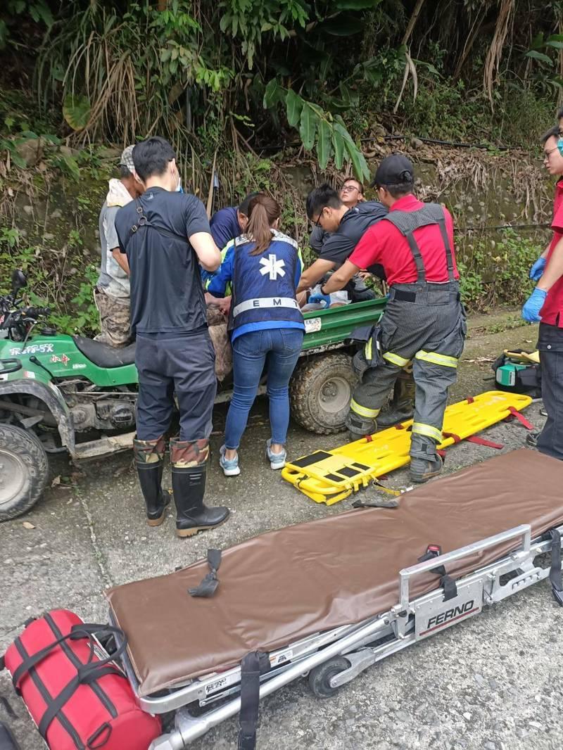 救護人員合力將無生命跡象的肥料搬運車駕駛抬上擔架。(記者陳賢義翻攝)