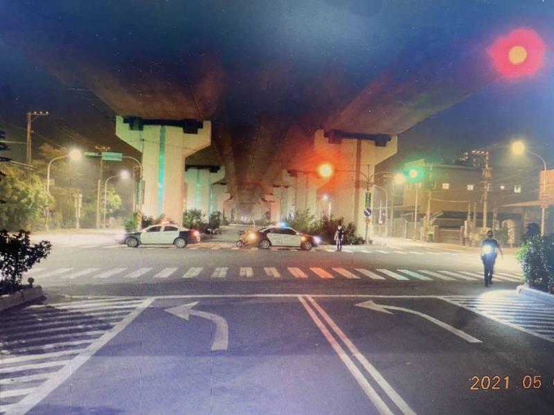 2名機車騎士前後撞上人行道受傷,警方獲報處理。(讀者提供)