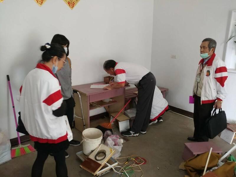 眾人前往女童清理環境,並提供食品及慰問金,解決女童家庭困境。(記者魏瑾筠翻攝)