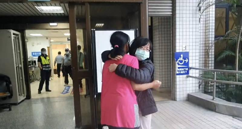 莊姓工人菲籍太太(粉紅衣者)接到噩耗趕到醫院,與莊男姊姊相擁而泣。(記者林敬倫翻攝)