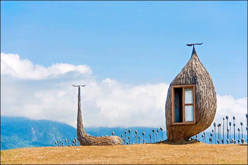 東海岸加路蘭遊憩區高人氣的拍照打卡裝置藝術「在海邊看書,好嗎?」7日將拆除換新。 (圖:東管處提供)