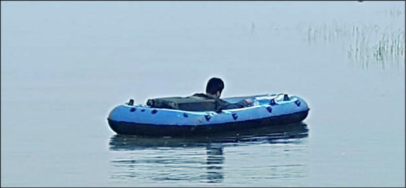 中國籍江姓男子划橡皮艇,自福建廈門外海的大嶝島直闖金門三獅山海邊。(圖:社會新聞中心翻攝)