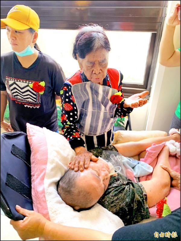 進福媽媽遠從蘭嶼搭船來台東探視臥床愛子。(記者陳賢義攝)