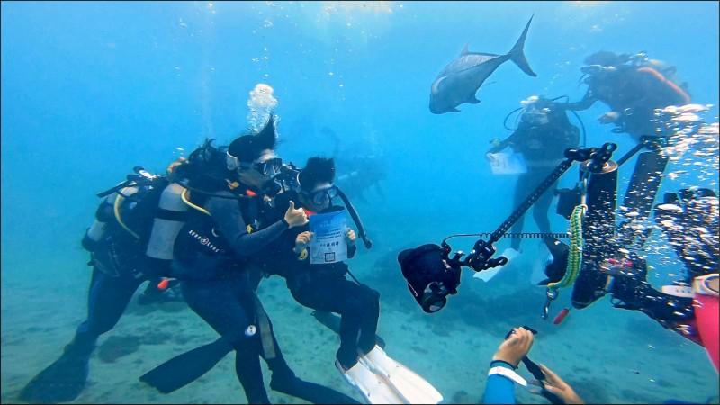 潛水面罩代替口罩,墾丁國小續辦水中畢業典禮。(墾丁國小提供)