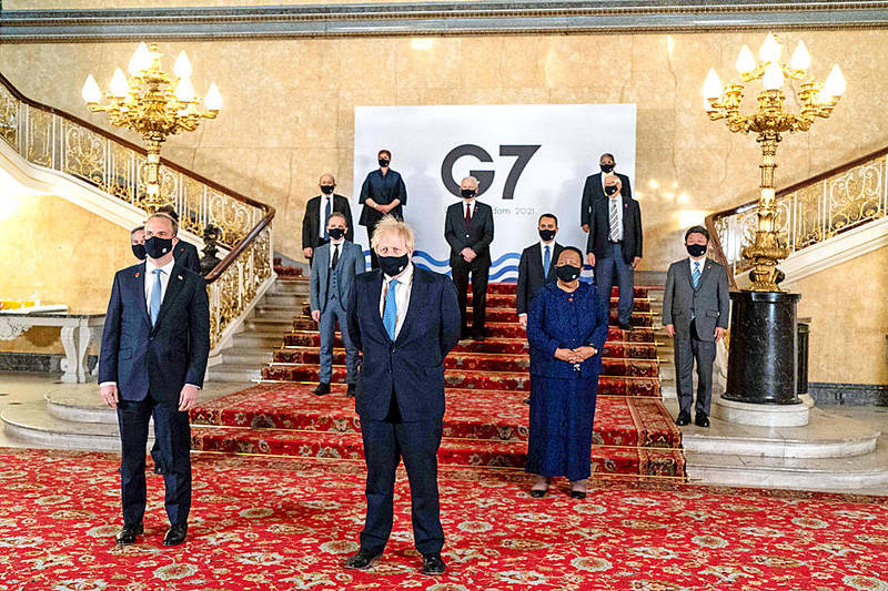 A handout provided by the European Commission shows British Prime Minister Boris Johnson, center, posing with delegates of the G7 foreign ministers' meeting in London on Wednesday. Photo: AFP / Niklas Halle'n / European Commission