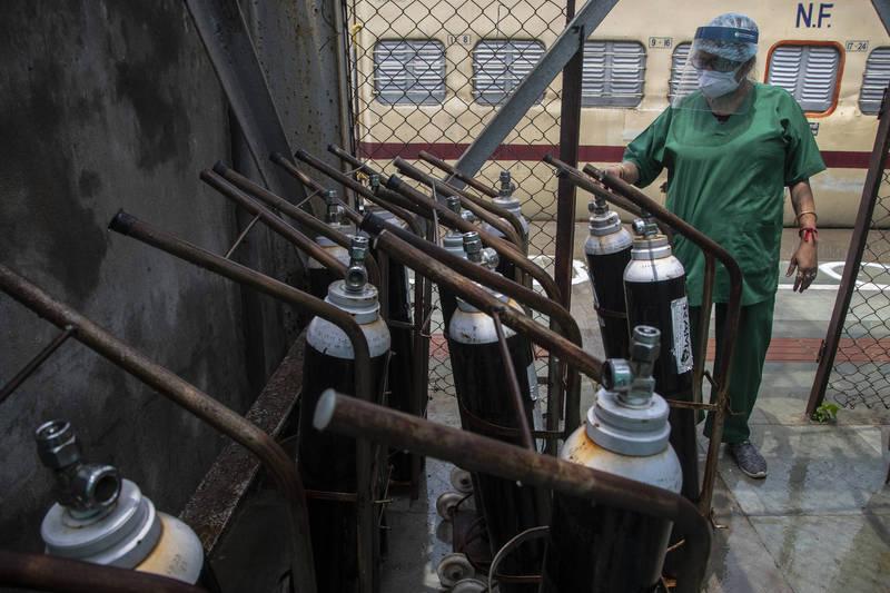 印度疫情失控,多地醫院傳出氧氣不足,醫療人員正檢察氧氣設備。(美聯社)