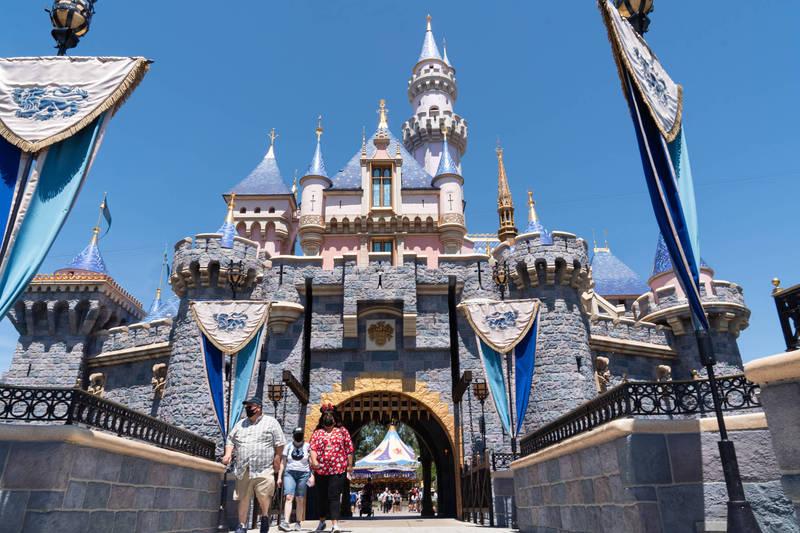 美國加州迪士尼樂園在上週五重新開放,王子親吻白雪公主的畫面被批教壞小孩。(彭博)