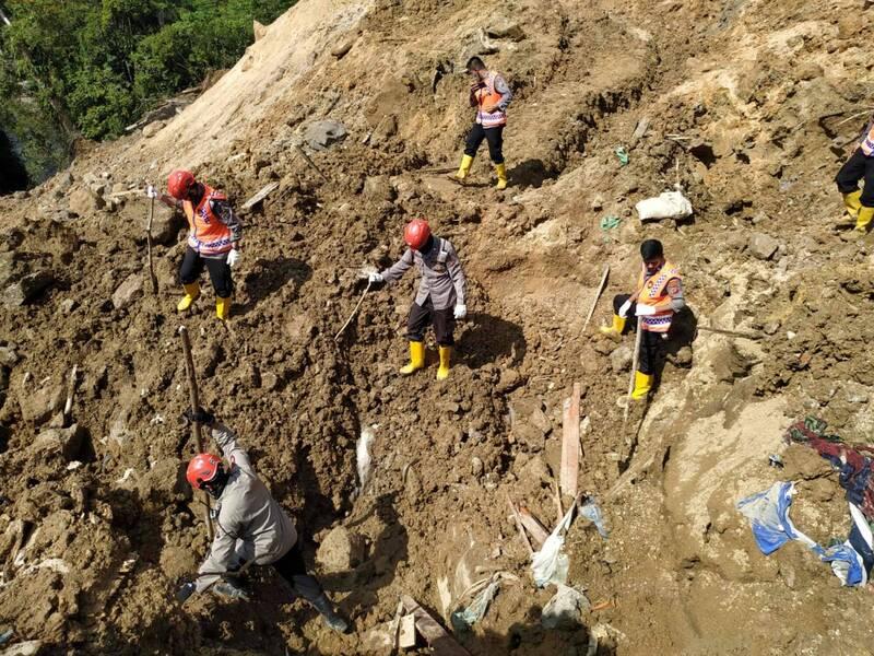 中資支持的巴丹托魯水壩工地附近上週四發生土石流,至今死亡人數增加到10人。官方在今天結束為期一週的搜救工作。(法新社)