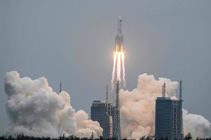 中國4月29日發射的長征五號B遙二運載火箭因為偏離軌道瘋狂翻轉,預計殘骸將會失控再進入大氣層,墜落到地球某個地點。(法新社資料照)
