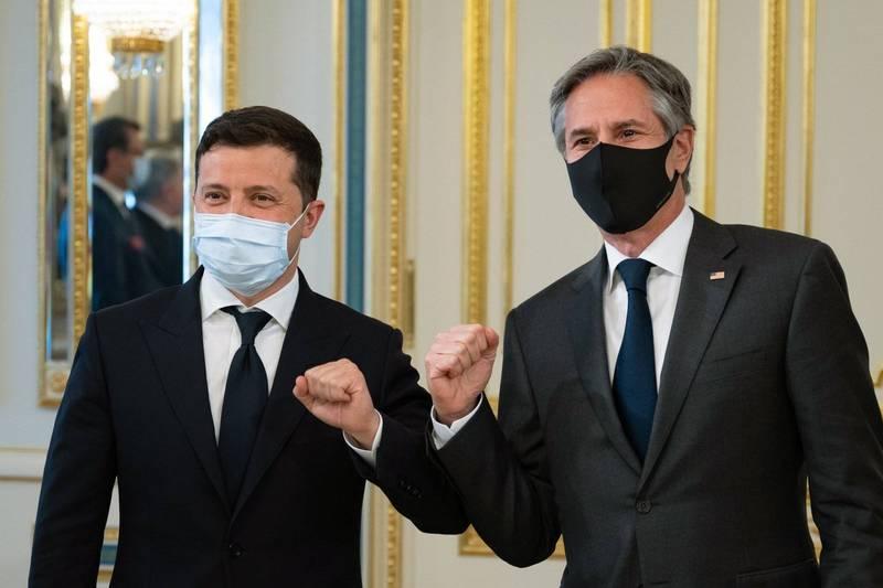 美國國務卿布林肯(右)今天專程造訪烏克蘭,會見烏克蘭總統澤倫斯基(左),呼籲俄羅斯摒棄以「魯莽與侵略的行動」對付烏克蘭,重申美國力挺烏克蘭主權與領土完整的承諾。(歐新社)