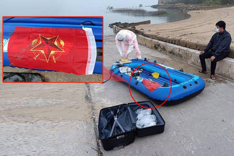 江姓男子行囊中被查獲這面紅色旗幟,他辯稱是上網買的工作旗,卻被認出有中共作戰3元素。(金門岸巡隊提供;本報合成)