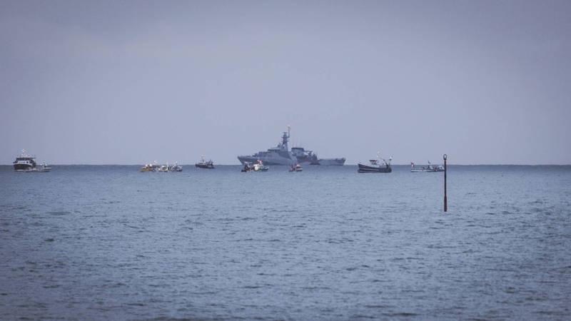 法國漁民近日組隊前往澤西島抗議爭漁權,英法都派出軍艦趕往現場。(美聯社)