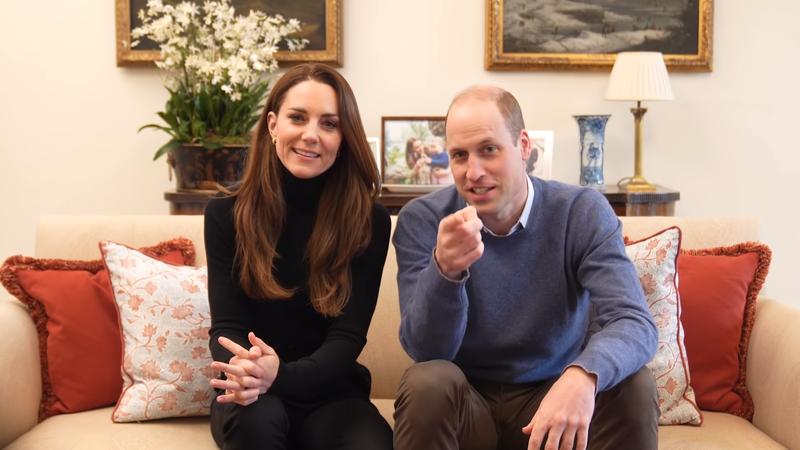 威廉王子語帶趣味地指著鏡頭對凱特說:「妳要小心說話,因為這些人可正在拍攝!」凱特帶著微笑說:「我知道。」(圖擷取自YouTube)