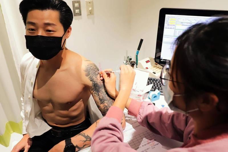 林昶佐在臉書貼出接種照片,讓網友直呼超養眼。(圖擷取自林昶佐臉書粉絲專頁)