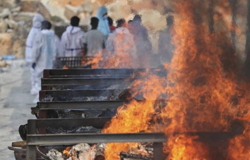 印度武漢肺炎疫情嚴重,圖為邦加羅爾 (Bengaluru)一處火化場,病逝者的遺體一具接一具接連不斷送來火化。(美聯社)