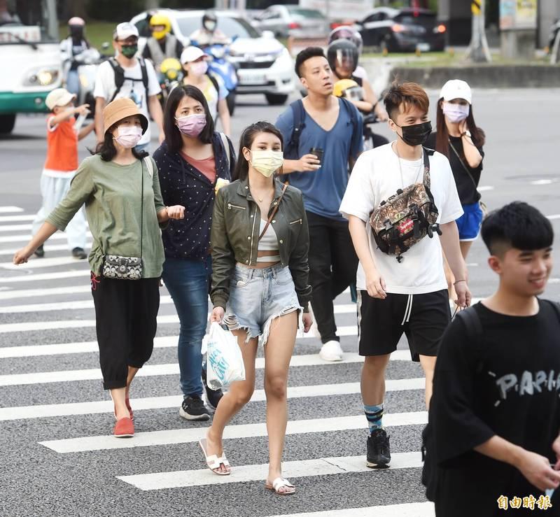 明天北台灣有鋒面靠近,午後天氣開始不穩定,北部及山區會有降雨,此外,全台紫外線皆為「過量級」,大家出門要注意防曬及避免中暑。(資料照)