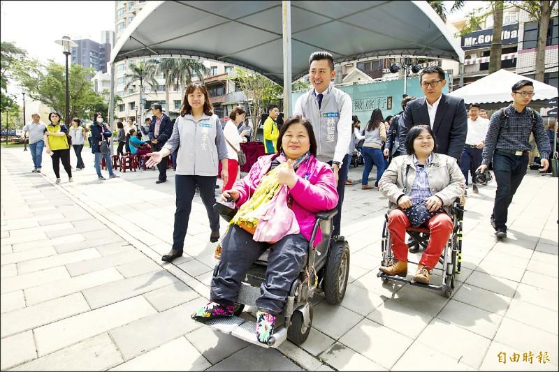新竹市政府推出「無障礙微旅行」今年邁入第5年,規劃6條路線及1條隱藏快閃路線,市長林智堅(中推輪椅者)邀請身障朋友及家人報名參加。(記者洪美秀攝)