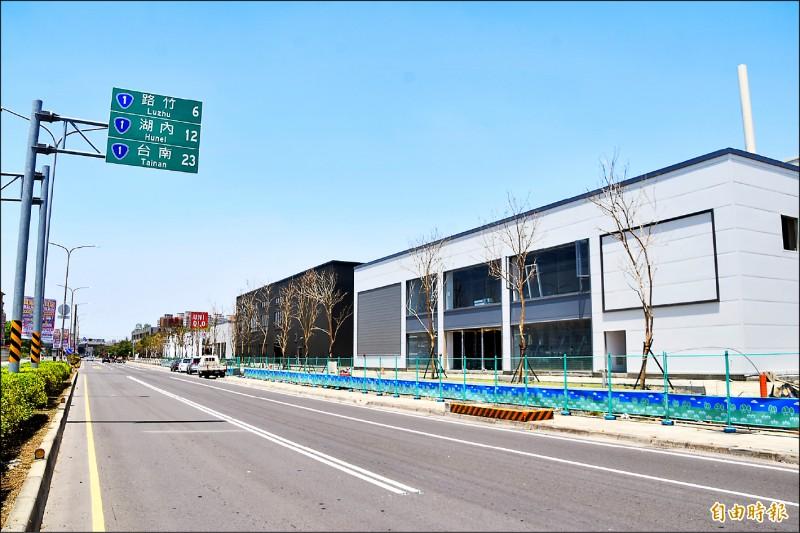 總開發面積上萬坪的達麗米樂「岡山樂購站前廣場」,預計趕在今年底開張營運,高捷南岡山站商圈即將成形。(記者蘇福男攝)