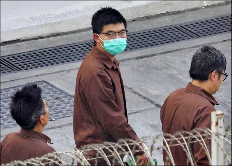 香港民主派要角黃之鋒投身「反送中」多起行動,涉及「參與未經批准集結」等罪名,目前在石壁監獄服刑。圖為他去年十二月三日於荔枝角收押所身著囚衣。(歐新社檔案照)