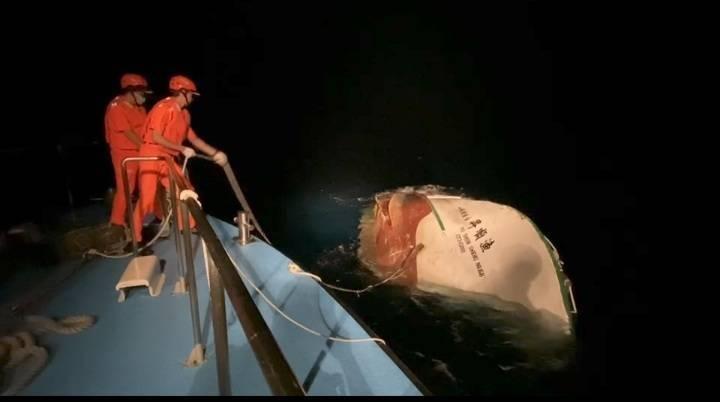 「漁順昇168號」半沉船體畫面曝光。(海巡提供)