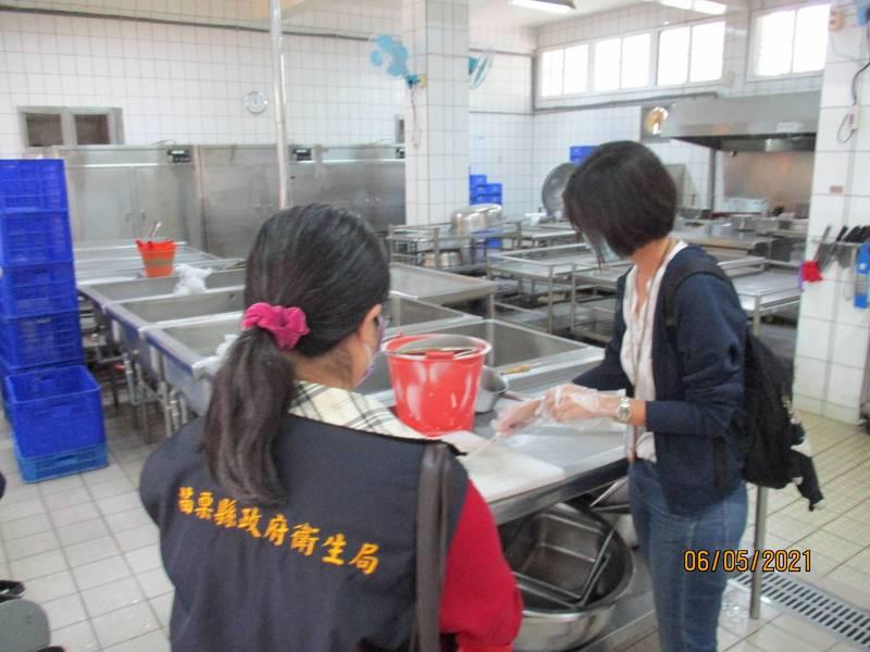 衛生局昨天到校採學校5日留樣食物及砧板、水刀具等環境檢體送驗。(圖由衛生局提供)