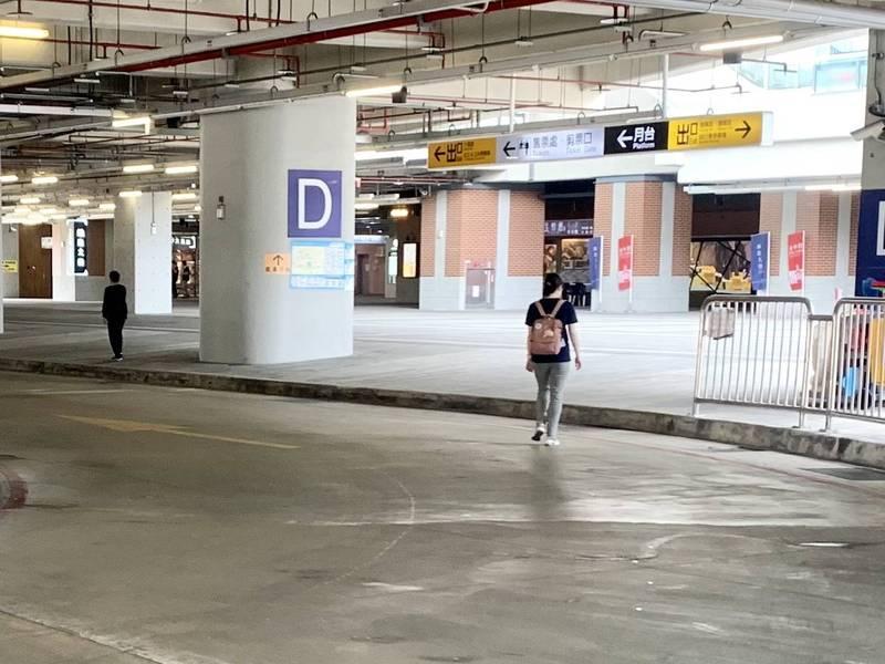 市議員江肇國批台中火車站的一樓公車轉運站批動線不明,候車站間未設人行穿越道,險象環生。(江肇國提供)