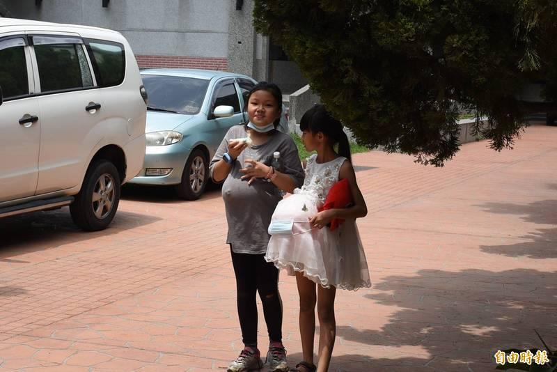 學童挺氣球體驗孕媽咪辛勞。(記者林國賢攝)