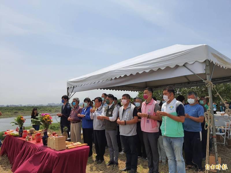 新竹市政府今天在頭前溪新竹左岸舉行生態環境與棲地改善工程,將打造1.3公頃的綠地面積,預計年底完工。(記者洪美秀攝)