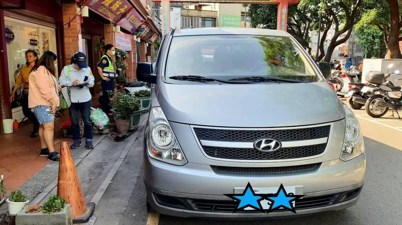 新竹市白牌車攬客載人收費情況頻繁,新竹市監理站今天與警方查獲1輛違規載客且收費的白牌車,已依法開罰取締。(監理站提供)